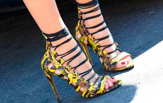 Se las conoce como ghillie shoes, y es que las sandalias enredadas están de moda. #tendencias2015 #sandaliasenredadas #sandalias