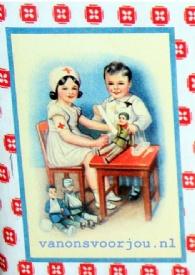 De kleine dokter en verpleegster nemen al hun spulletjes gemakkelijk mee in dit schattig blikken koffertje van Froy & Dind. Met handvat en sluiting is het heel handig. Natuurlijk is het ook prima geschikt voor je EHBO spullen of voor andere dingen. Van ons voor jou wenst de nieuwe eigenaar veel plezier met dit mooi retroblik. Afmetingen: L 20 x B 13 x H 11 cm.