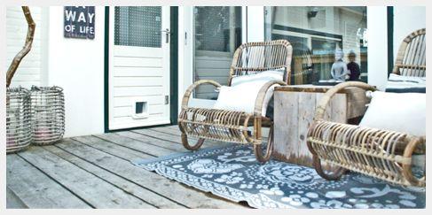 Ibiza Outdoor strandmeubel eetkamertafel teak tafel chair tuinmeubel recycled klapstoel steigerhout: Rotan lounge stoelen op buitenkleed in Avenhorn