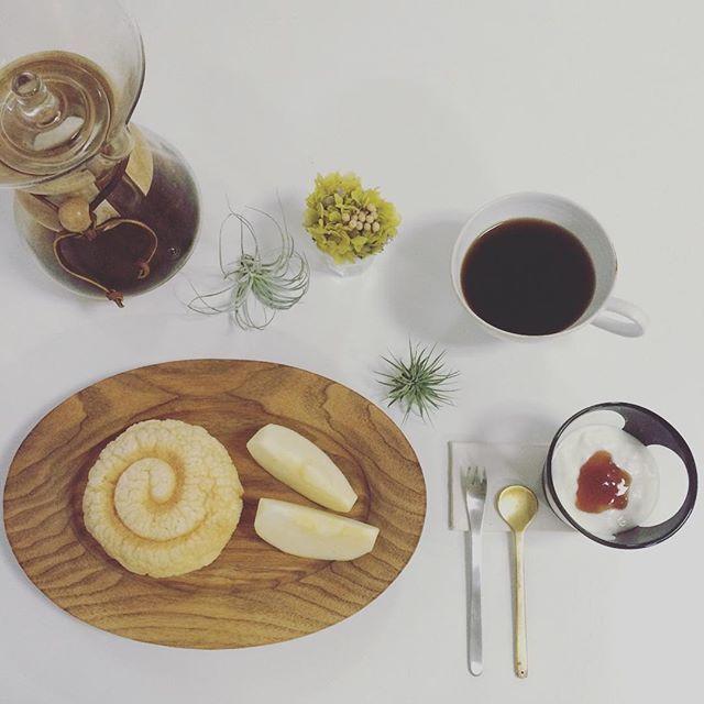 2016/11/24 08:17:42 taako_hibi おはようございます☺︎ 今日は見た目が珍しいメロンパンを見つけたのでそれを朝食に。 ガワがサクサクで美味しかったです。 * * * #朝ご飯#朝食#朝時間#パン#メロンパン#リベイク#バルミューダ#りんご#果物#フルーツ#コーヒー#ケメックス#加藤良行 さん#辻和美 さん#masagomasako  さん#うつわ#器#陶芸#花のある暮らし #プリザーブドフラワー#エアプランツ#真鍮カトラリー#柳宗理 さん#日々#シンプル#暮らし