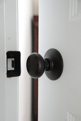 How to spray paint indoor door knobs oil rubbed bronze #refinish | www.livelygreendoor.com