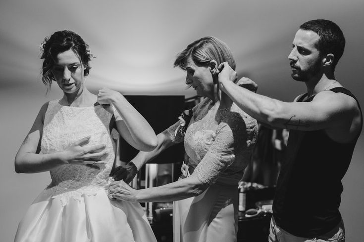 So, this was the start... How about when the dress doesn't want to close? | Photo: @ArteMagna Wedding Lia + David