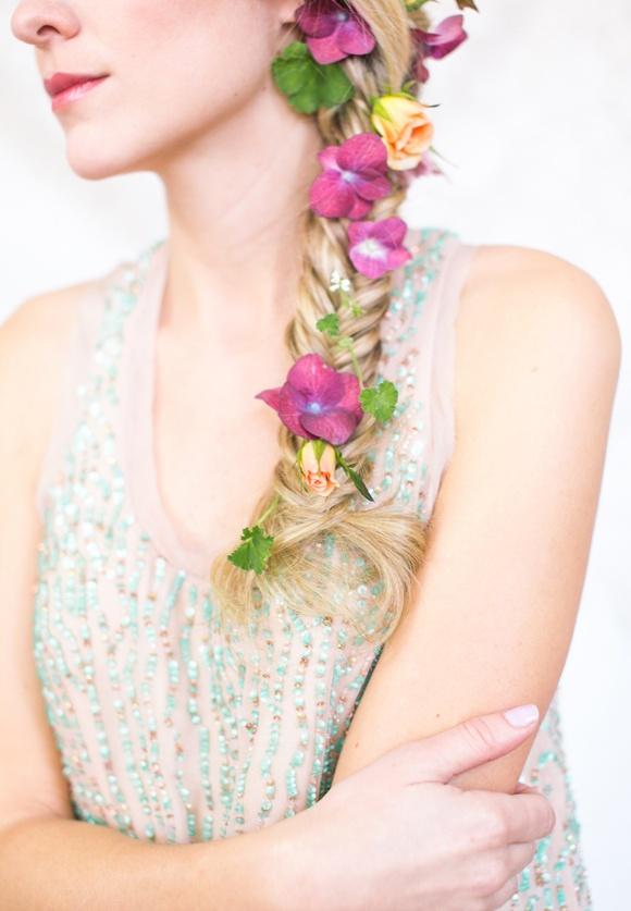 春のお花のラプンツェルヘア♡ ウェディングドレスに合う春らしい髪型一覧。ウェディングドレス・カラードレス・花嫁衣装に合うヘアアレンジまとめ。