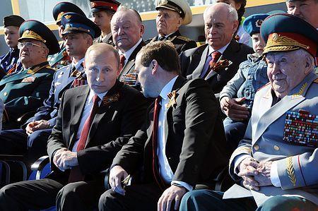9日、モスクワ「赤の広場」で、軍事パレードを見るロシアのプーチン大統領(中央左)とメドベージェフ首相(同右)(EPA=時事) ▼9May2014時事通信|ロシアが軍事パレード=クリミア編入後初、戦力誇示-対独戦勝記念日 http://www.jiji.com/jc/zc?k=201405/2014050900652 #Red_Square #Moscow #Vladimir_Putin #Dmitry_Medvedev