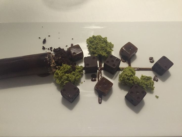 Mega postre! Dados de chocolate en diferentes texturas