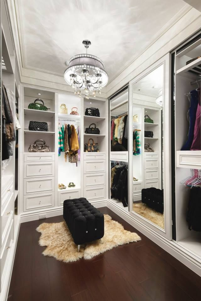 white walk-in closet with a mirror doors #decoração #decoration #pin_it @mundodascasas See more here: www.mundodascascas.com.br