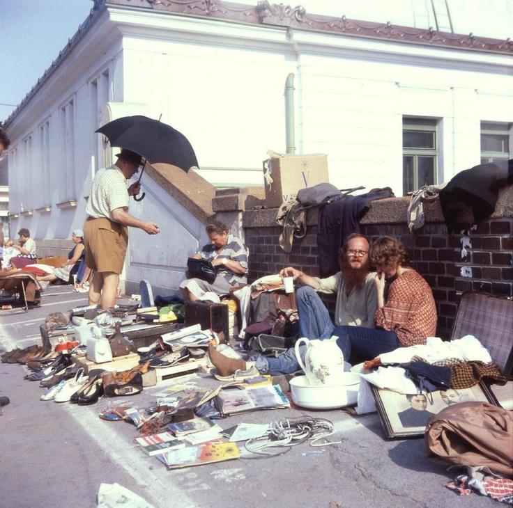 Zurück ins Jahr 1981. Der Flohmarkt Kettenbrückengasse, ein beliebtes erstes Ziel am frühen Morgen für Wiener Nachtschwärmer. Wohl auch kommenden Samstag wieder. Danke an Walter für das Privatfoto (© W. Gmeinder)