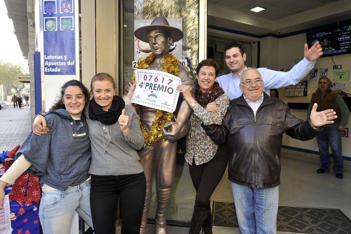 Empleados de la administración de loterías número 8 de Albacete, regentada por José Jiménez, celebran el reparto de uno de los dos cuartos premios con el número 07.617. Más: http://www.rtve.es/loteria