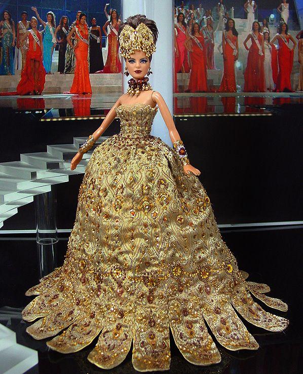 Miss Philippines 2012 - Mabuhay! desde las islas tropicales de las Filipinas viene esta notable belleza en su impresionante vestido de noche que comienza con una blusa sin tirantes que cae justo debajo de los pechos en una rica, filigrana de brocado de oro de la famosa diseñadora china Guo Pei