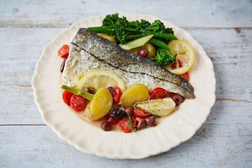 Рыба в фольге  Рыба в фольге - идеальное блюдо для хозяйки: это просто, удобно и получается прекрасное блюдо! Кроме того, в фольге рыбу можно готовить и на гриле, и в духовке - при этом посуду не надо мыть!  Проще простого: упаковать в фольгу все вкусности (лимон, фенхель, оливки, белое вино, чтобы создать восхитительный соус), добавить рыбу – и дать ароматам раскрыть свое волшебство. Один из любимых рецептов Джейми Оливера!