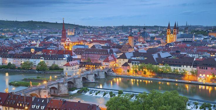 Würzburg (Bayern): Würzburg ist eine kreisfreie Stadt in Bayern (Bezirk Unterfranken). Die Stadt ist Sitz des Regierungsbezirkes Unterfranken, des Landratsamtes Würzburg und Bischofssitz der Diözese Würzburg in der römisch-katholischen Kirche. Die Würzburger Residenz mit Hofgarten und Residenzplatz wurde 1981 in das UNESCO-Weltkulturerbe aufgenommen. Im Jahr 2004 feierte Würzburg das 1300-jährige Stadtjubiläum. Gegenwärtig hat die Stadt am Main, die eines der 23 Oberzentren des Freistaates…