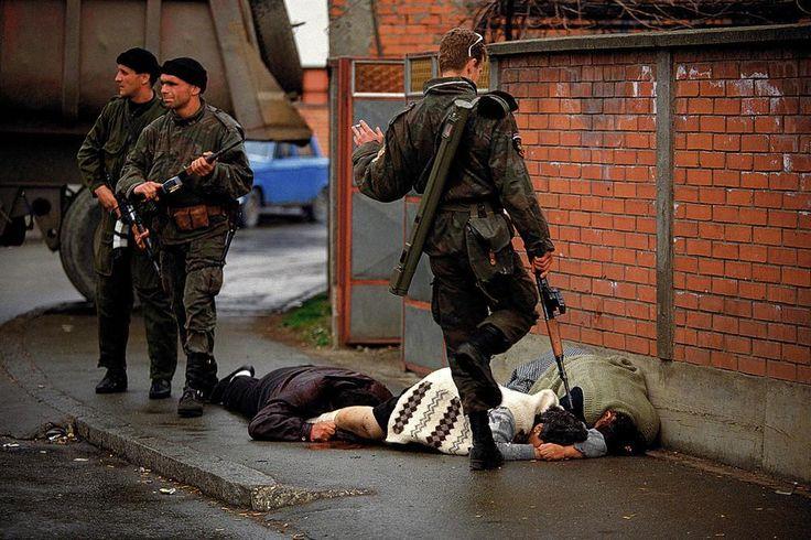 Les Tigres d'Arkan tuent des civils musulmans durant la première bataille pour la Bosnie à Bijeljina, le 31 mars 1992. Les paramilitaires serbes ont tué des milliers de personnes durant la guerre, et Arkan sera plus tard jugé pour ses crimes. Cette image et la série dont elle fait partie ont fait office de preuve lors de l'inculpation et de la condamnation des dirigeants serbes.