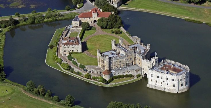 Browse our huge database of castles in England, from the world famous Warwick Castle to the lesser known motte and bailey castles scattered across the country.