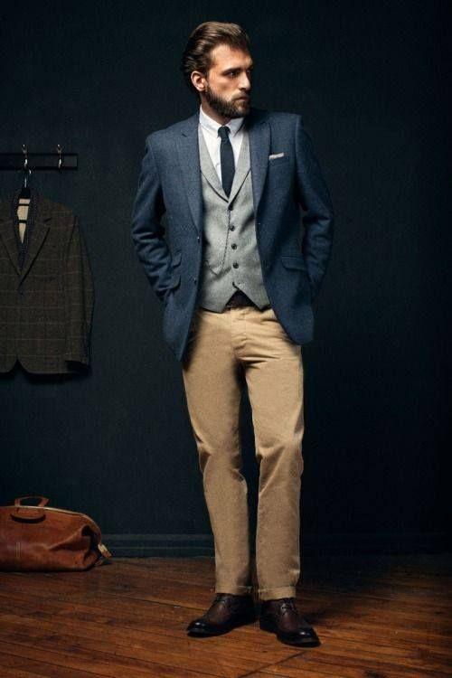 Atrévete a combinar un saco y un chaleco de otro color en un código de vestimenta semi-formal.