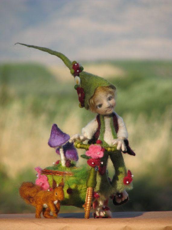 RESERVADOS!!! Permítanme presentarles a mi nuevo amigo. Este muchacho es aguja fieltro, vestido con camisa blanca, pantalón verde y chaleco de color de vino. Él tiene alto sombrero verde decorado con flores y bolas de fieltro. Su chaleco está decorado con fieltro bola verde y hay flores y corazón en sus pantalones. él está usando flip-flop. Altura de 23 cm sin sombrero y 35 con sombrero. Su bicicleta está decorado con flores y bolas de fieltro y hay dos seta púrpura crece de la parte…