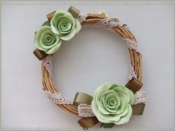 紙紐でリースを作っています。粘土とリボン、綿レースで優しい色合いに仕上げました♪バラの花びらは薄くて本物の花のようですよ~。直径 約13cm~15cm程 厚さ... ハンドメイド、手作り、手仕事品の通販・販売・購入ならCreema。