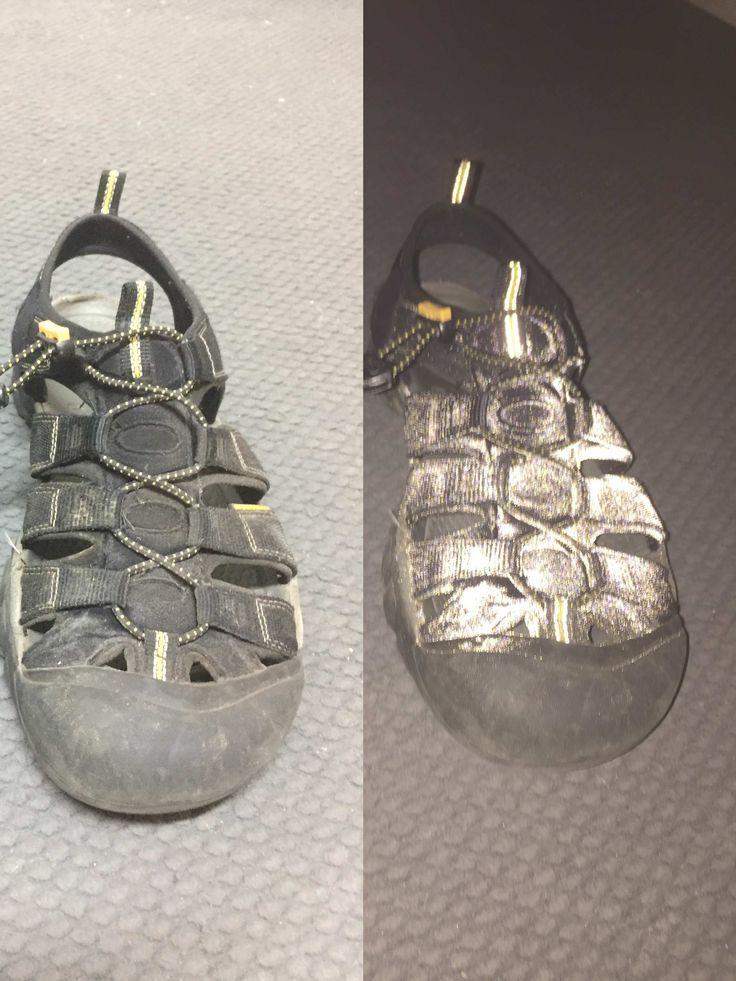 Reflexní sprej na textil je opravdu ve dne neviditelný (vlevo) a v noci nepřehlédnutelný (vpravo). Nemyslíte? A navíc je sprej voděodolný. Vyfotografovaná bota o víkendu brouzdala Berounkou. A pořád v noci svítí :D
