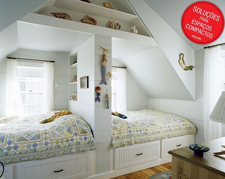 Essa primeira ideia é para quem precisa repartir o dormitório para dois filhos. A divisão foi feita harmonicamente, criando um espaço agradável para ambos os filhos.