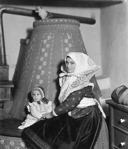A búbos kemence mellett – Balogh Rudolf (MFI) felvétele, 1920-as évek vége - Hungary