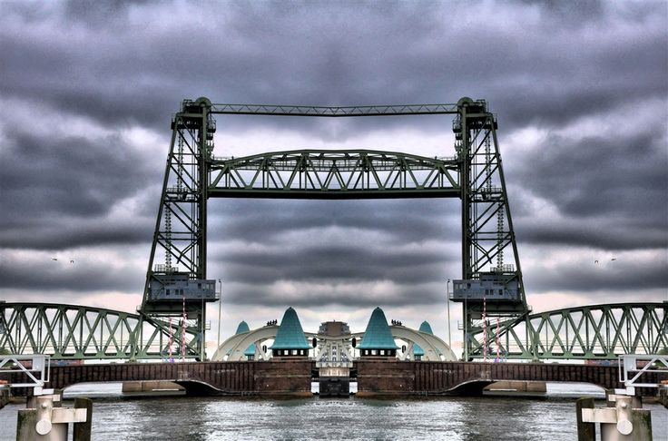 This is definitely the most spectacular lifting bridge in the Netherlands, one of the few still in existence in this country: a masterly example of pure engineering art and skill. When the railway tunnel underneath the Maas River was completed, the De Hef bridge became superfluous, but it was preserved as a national monument.
