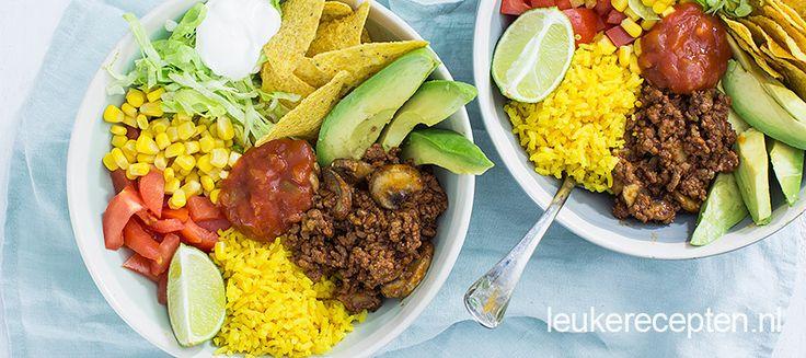 Een Mexicaans feestje in een kom met o.a. rijst, gekruid gehakt en tomaten.