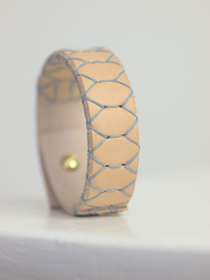 Sam 1.8 är ett armband som passar lika bra på en manlig handled som en kvinnlig. | Sam 1.8 is a bracelet that looks just as good on a male's wrist as on a female's.