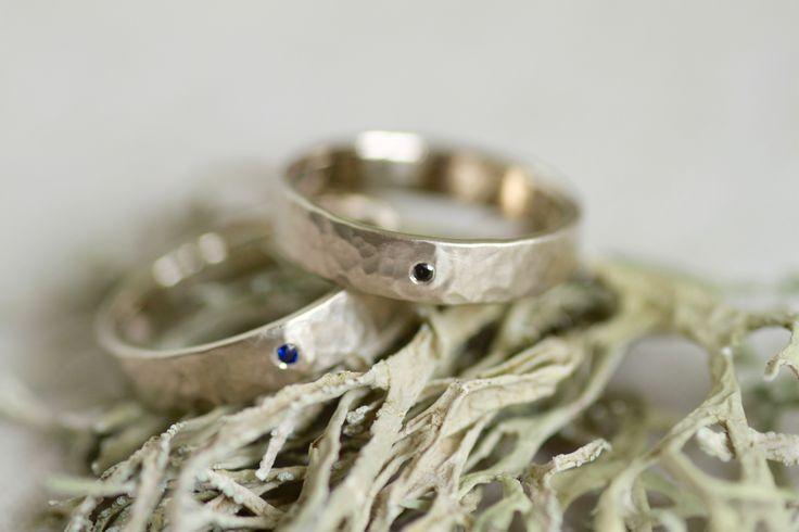 Обручальные кольца LUNAR. Белое золото, сапфир, черный бриллиант 1,3 мм | «Ламбада-маркет»