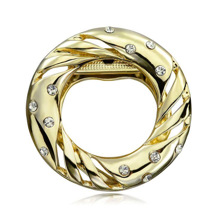 Brošňa na šatky v tvare kruhu je v zlatej farbe. Vytvára motív luxusného kruhu posiateho žiarivými kamienkami. Brošňa je malé šperkárske majstrovské dielo, ktoré vďaka symbolike v sebe ukrytej dodáva svojej nositeľke pocit elegancie. Skúste byť originálna a ozdobne si svoju hodvábnu šatku alebo hodvábny šál. Brošňa je ideálny doplnok pre ozdobenie vášho outfitu. Brošňu môžete použiť aj na svoje oblečenie.