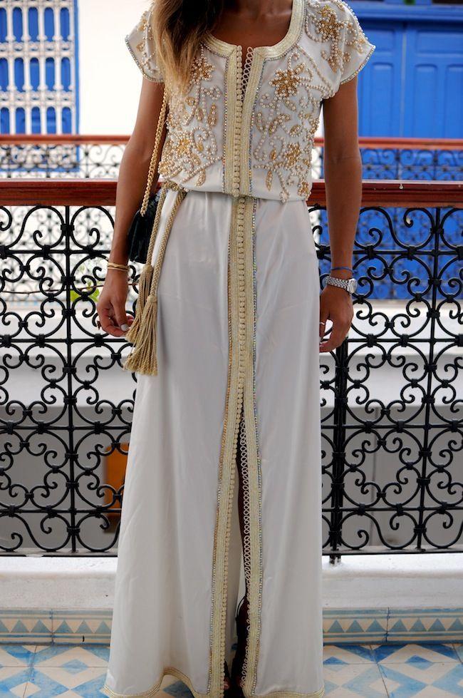 Caftan marroquí en blanco con detalles en dorado y perlas, estilo bohemio rustico.