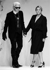 Fendi é uma casa de moda italiana fundada em 1925 por Edoardo e Adele Fendi, artesãos de Roma. A Casa de Fendi começou como uma empresa familiar italiana, e, posteriormente, veio a alcançar destaque na vanguarda da alta costura. Adele Casagrande, fundadora da Casa de Fendi, abriu uma pequena loja de peles e artigos de couro, em Roma, em 1918. Em 1925, Adele casou-se com Edoardo Fendi, e trocou o nome de sua loja para o de seu sobrenome. A Fendi possuia uma longa lista de clientes cativos, e…