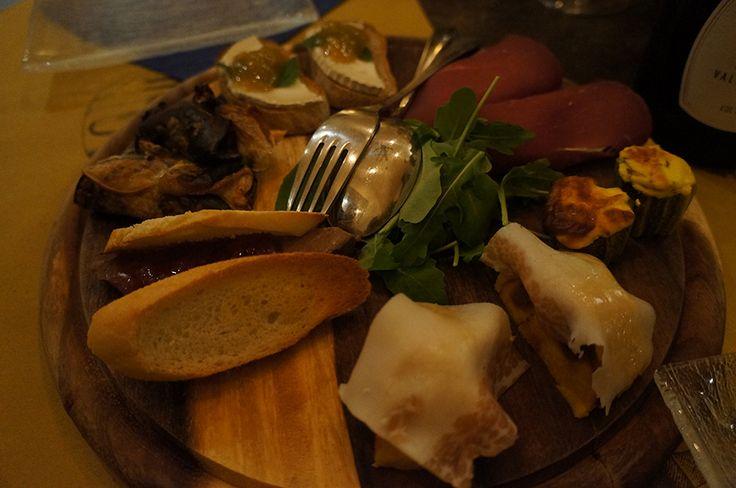 Via delle Oche にあるエノテカ、コクイナリウスにて。二人からオーダー出来る前菜の盛り合わせ。これが結構侮れないっ!それぞれ1品ずつ、どれも味も良くて気の利いた味の組み合わせでした。薄切りのラードをのせたジャガイモのフラン、カプリーノチーズをのせたズッキーニのオーブン焼き、鴨のパテのイチゴジャム添え、カプリーノチーズとルッコラのブレザオラ包み等。これに追加で、クロストーネ(具をのせたパン)も注文しました。