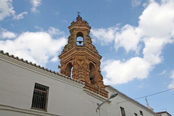 El campanario que remata el Convento de la Clarisas es bonito de veras. Aquí podrás comprar unos dulces artesanales exquisitos.