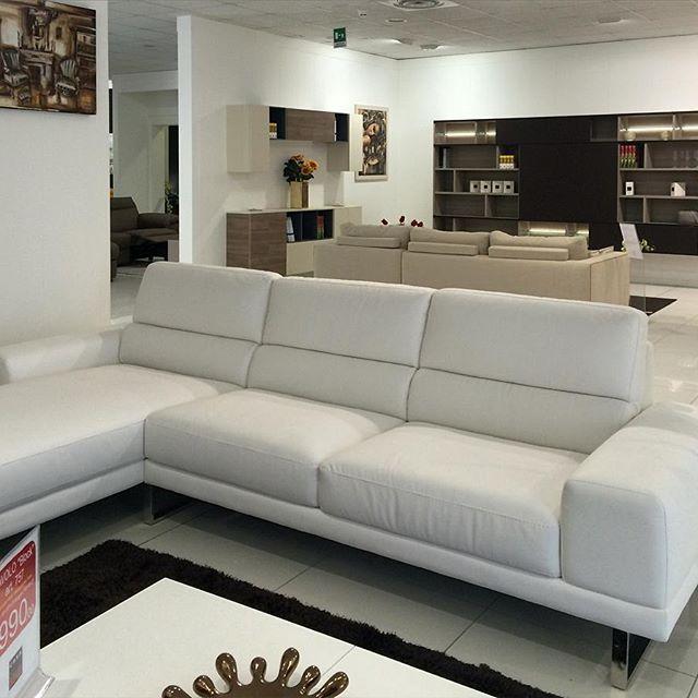 Sofà Midì: vasta esposizione di divani e pareti attrezzate.