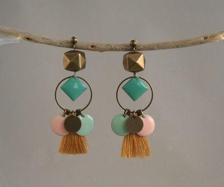 Boucles d'oreilles pendantes faites main, en laiton, pompon bleu, perles en verre et losanges émaillés bleu klein, et vert jade.  Chaque bijou est réalisé de manière artisan - 11061933