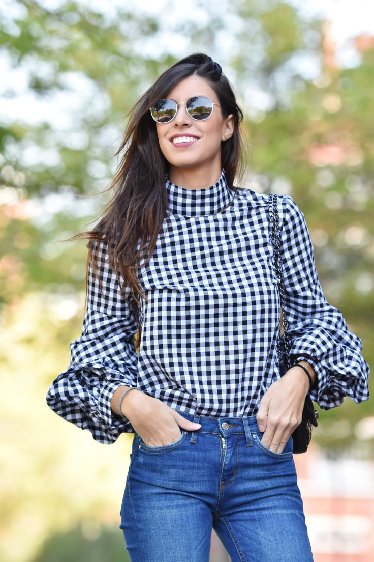 midilema.com | Gingham top | Claudia Peris is wearing SheIn gingham blouse with frilly sleeves, Zara flared jeans, El Corte Inglés black bag, Wolfnoir sunglasses, Aristocrazy bracelet, Stradivarius black heeled ankle boots.