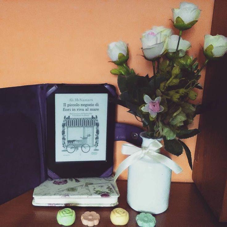 """Giorno 2 della #LitBloggerUnitedOctoberChallenge In lettura: """"Il piccolo negozio di fiori in riva al mare"""" di Ali McNamara. Voi cosa leggete questa sera?  #libro #alimcnamara #newtoncompton #leggere #lettura #letturaincorso #romanzo #amoleggere #libri #fiori #book #books #bookstagram #instalibro #instabook #instapic #currentlyreading #picofthenight #instagood #fiori #flower #insta"""
