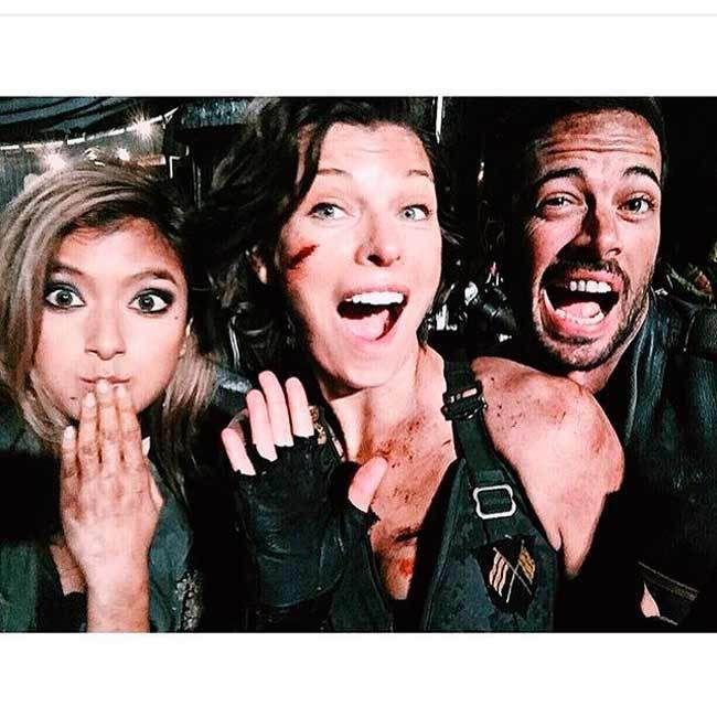 Confira as fotos de Milla Jovovich com seus colegas de elenco nos bastidores da produção - Reprodução