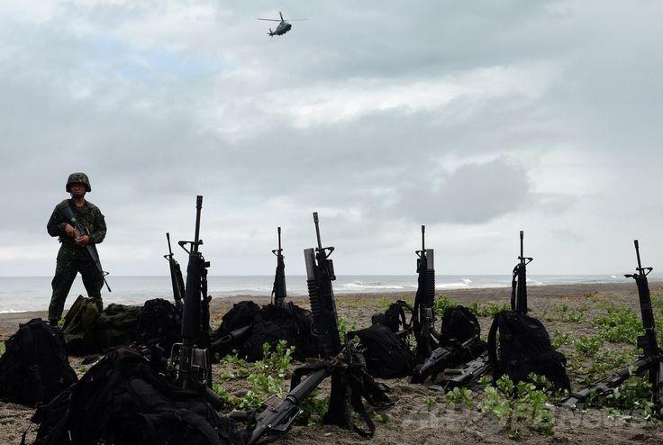 フィリピン・サンバレス(Zambales)州サンアントニオ(San Antonio)の海岸で、米比両海軍合同の「協力海上即応訓練(Cooperation Afloat Readiness and Training、CARAT)」の一環として実施された強襲上陸演習に参加する比兵士(2014年6月30日撮影)。(c)AFP/TED ALJIBE