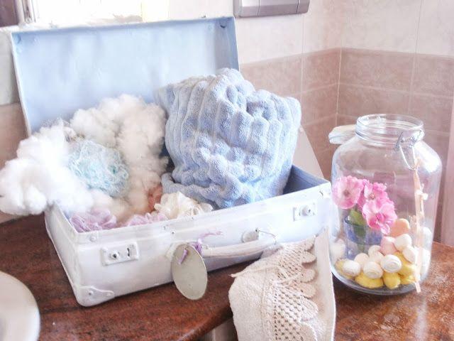 Vecchia valigia di cartone dipinta e utilizzata  per contenere  salviette , spugne e teli per il bagno
