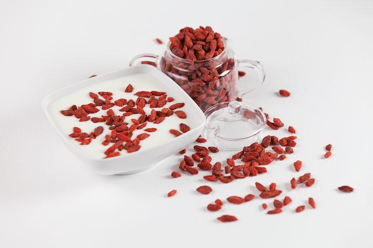 Fotografia artistica con bacche di Goji e Yogurt. #goji #yogurt #foto #arte  Artistic photo with Goji Berries and Yogurt #goji #berries #artistic #photo #vegan #vegetariano #vegano