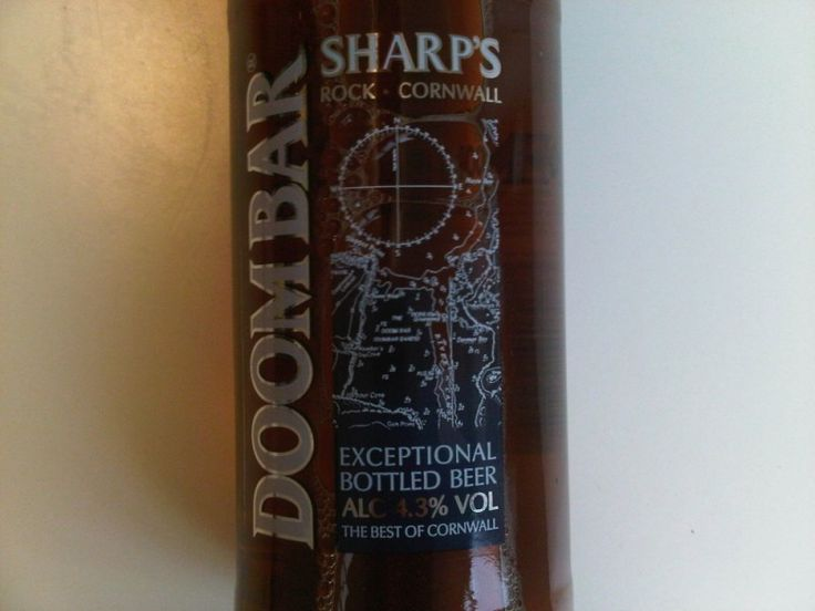 Cerveja Sharps Doom Bar, estilo Extra Special Bitter/English Pale Ale, produzida por Sharp's Brewery, Inglaterra. 4.3% ABV de álcool.