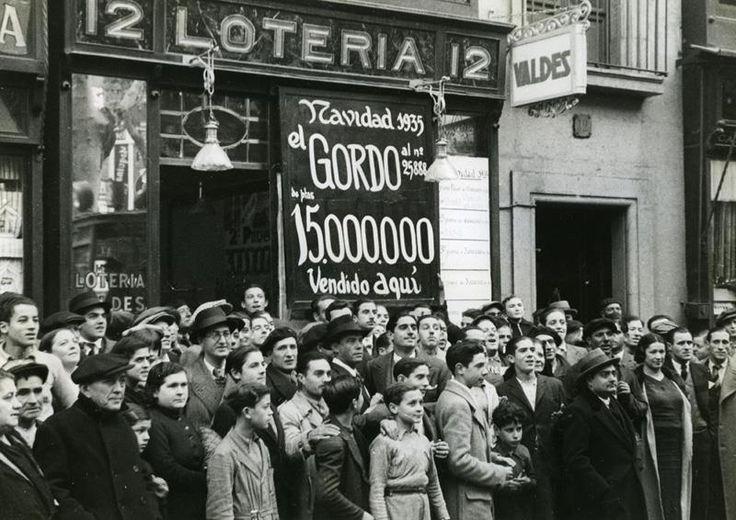 Davant l'administració de loteria de Miquel Valdes on es va vendre el número de la grossa de Nadal 1935. AFB. Pérez de Rozas.