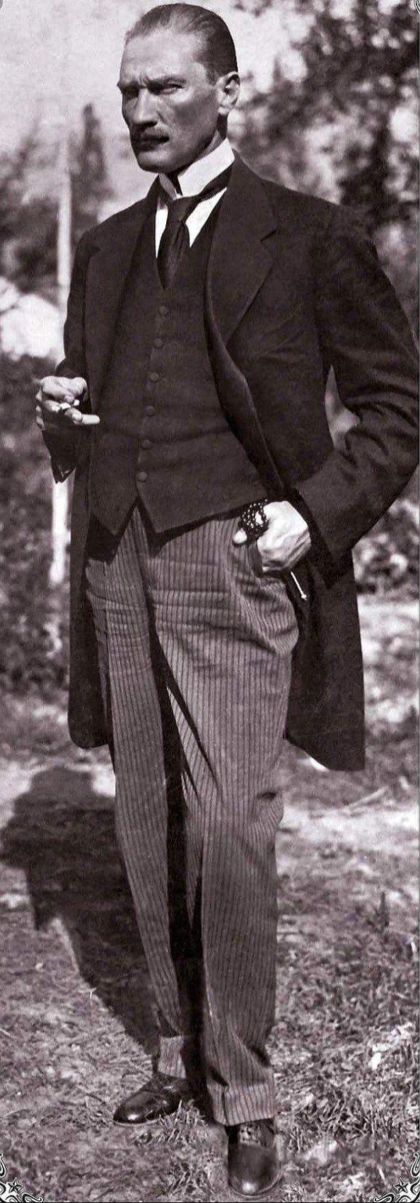 1-Fransa'da çekilen fotoğrafı. Henüz 29 yaşında. Eldiveni, şapkası ve elbisesinin uyumu harikulade. Bir eli cebinde ve bir ayağını dirseklerinden öne hafifçe eğmiş. O, adeta mükemmellik abidesiymiş. 2-Bir elinde sigarası, diğerinde tesbihi. Tek ayağı önde, bakışları Sivas'tan işgalcilere adeta meydan okuyor. Bu arada, elbisesi kendisinin değil, ödünç almış. O halde bile, işte tüm Anadolu'yu kasıp kavuran, peşine takan karizma, henüz 38 yaşındaydı. 3-1925 Cumhuriyet Bayramı'nda...