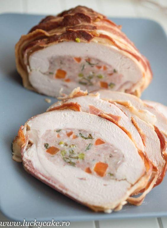 Piept de curcan umplut si invelit in bacon, perfect pentru o masa festiva sau in familie. Invelit in bacon, cu o umplutura de carne tocata si legume.