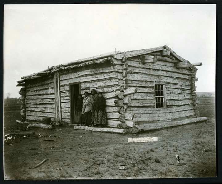 esta es la cabaña donde fue asesinado el gran jefe TORO SENTADO en la reserva de STANDING ROCK el dia 15 de diciembre de 1890 ,en la fotografia estan de izquierda a derrecha sus viudas y sus hijas  MUCHOS CABALLOS (hija)  CUATRO TUNICAS ( esposa )  VISTO POR SU NACION ( esposa )  PARADO SANTO ( hija ) The Great Sitting Bull's cabin Dec. 15, 1890 2 wives 2 daughters pictured