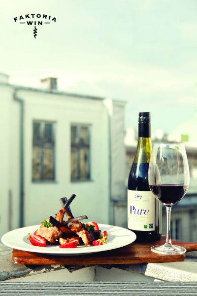 Lunch z panoramą miasta w tle i kieliszek Pure Fairtrade.  #faktoriawin #food #foodpairing #wine #redwine #pure #dinnerontheroof #rooftop #wino #czerwonewino #jedzenie #posileknadachu #doposilku