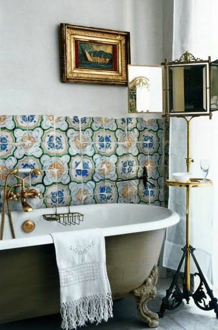 salle de bain avec baignoire ancienne, baignoire moderne dans la salle de bain