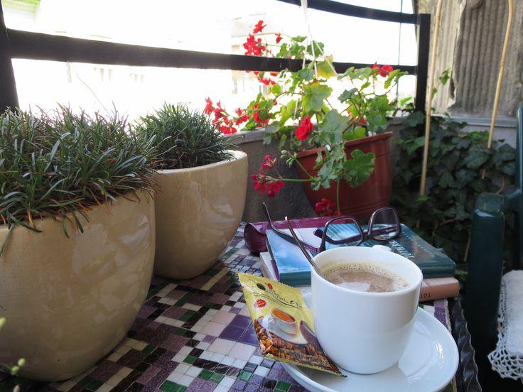 Egy jó könyv és egy jó kávé. Merülj el bennük.