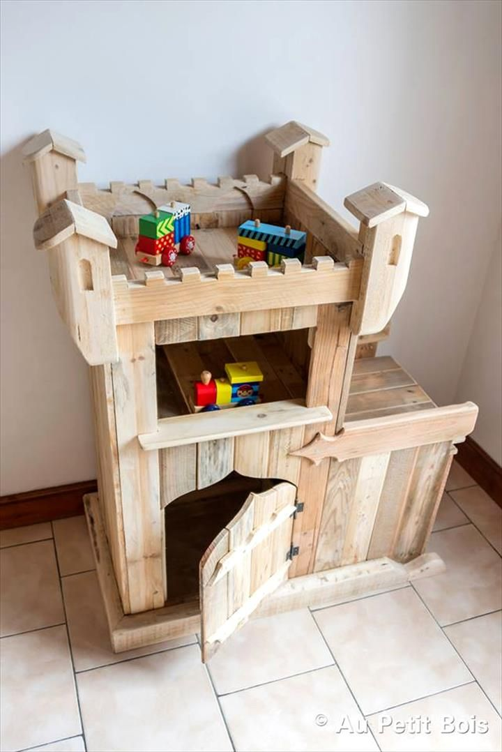 DIY Pallet Castle / Kids Playhouse | 99 Pallets