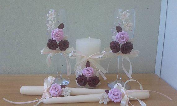 Hermosas velas y vasos decorados con flores y hojas hechas a mano para una boda perfecta y original. Color de la decoración en la solicitud.